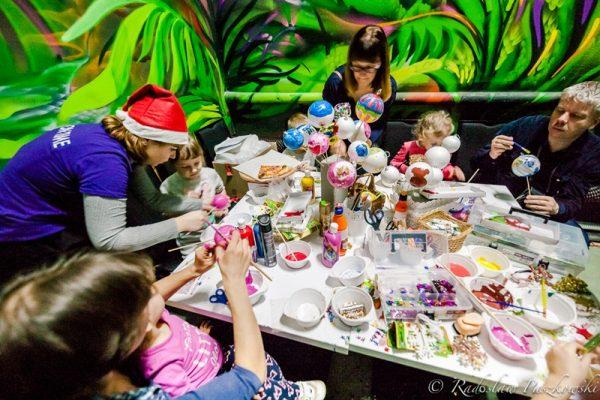 Robienie bombek - zabawy świąteczne dla dzieci Warszawa